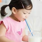 devojčica pije mleko