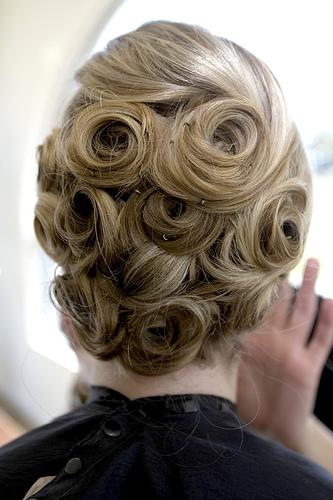 Svečana kreativna frizura sa pramenovima